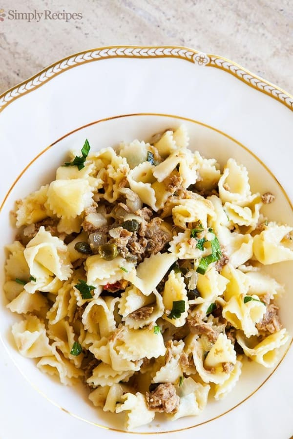Pasta with tuna in a sauce of white wine