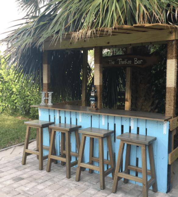 DIY Pallet Tiki Bar